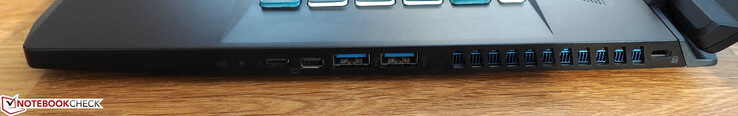 Правая сторона: Thunderbolt 3, mini-DisplayPort, 2x USB-A 3.0, слот для замка Kensington